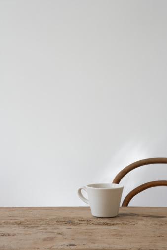 Mug「Empty chair and mug on table」:スマホ壁紙(11)