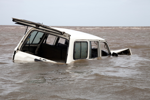 Destruction「Abandoned bogged flooded and submerged car in sea water」:スマホ壁紙(3)