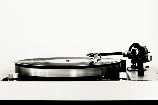 Turntable「Vinyl record on record player」:スマホ壁紙(7)