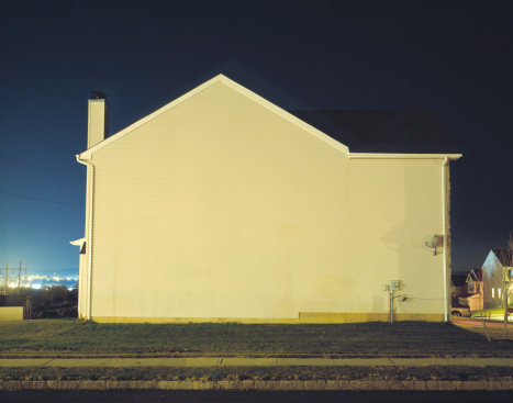 Conformity「Back of house in suburban area, night」:スマホ壁紙(12)