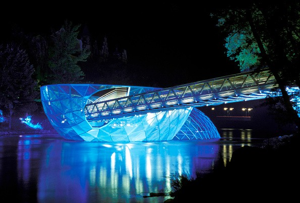 Architecture「Mur Island Project, Graz, Austria, 2003. Artificial island on the river Mur, in the historic city center of Graz, Developed for celebration of Graz 2003 European capital of art, by Robert Punkenhofer and the architect Vito Acconci . Multifunctional and f」:写真・画像(2)[壁紙.com]