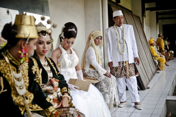 Bride「Couples Wed In Indonesia To Commemorate 12/12/12」:写真・画像(18)[壁紙.com]