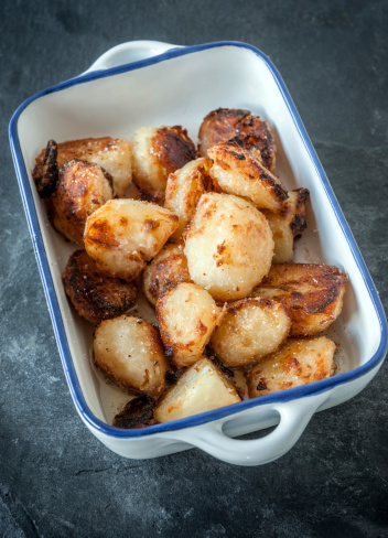 Roasted Potatoes「Roast potatoes in blue and white ceramic serving dish」:スマホ壁紙(8)