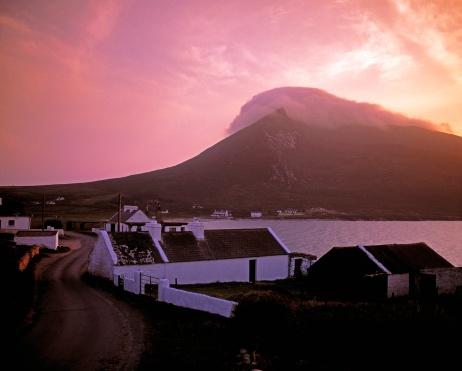 Achill Island「Doogort Village and Slievemore, Achill Island, Co Mayo, Ireland」:スマホ壁紙(7)