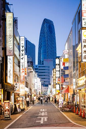 Tokyo - Japan「Street with neon signs in Shinjuku, Tokyo, Japan」:スマホ壁紙(6)