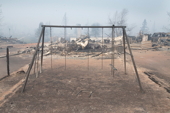 Scott Olson「Wildfire Engulfs Fort McMurray Forcing Evacuations Of 80,000 People」:写真・画像(18)[壁紙.com]