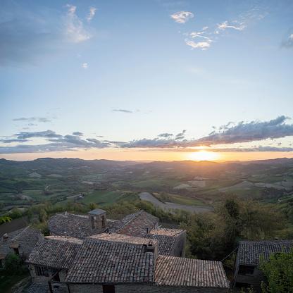 Chalet「Sunrise on traditional village, Marche, Italy」:スマホ壁紙(0)