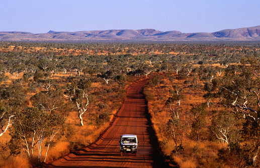 Dirt Road「Car on outback road, Karijini National Park, Australia」:スマホ壁紙(9)