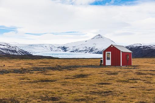 ヴィック「Iceland, Vik, Barn in the countryside with glacier in background」:スマホ壁紙(1)