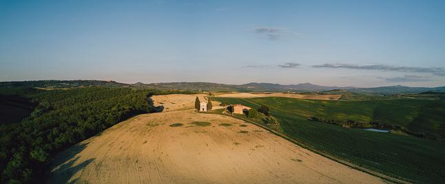 Val d'Orcia「Vitaleta chapel in Tuscany at sunset - Bird's eye view」:スマホ壁紙(10)