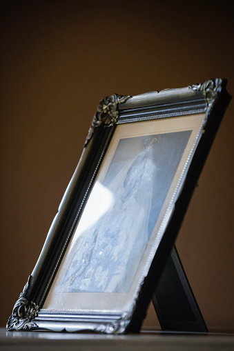 Unrecognizable Person「Old Photograph In A Frame Showing A Bride In Wedding Dress And Veil」:スマホ壁紙(13)