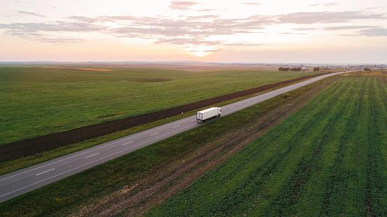 田畑「ウクライナの田舎では、道路上で貨物トラック」:スマホ壁紙(7)