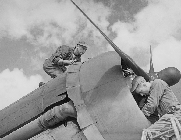 Two People「Flying Fortress Maintenance」:写真・画像(6)[壁紙.com]