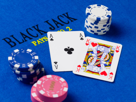 Leisure Games「Gambling chips and cards on black jack table」:スマホ壁紙(4)
