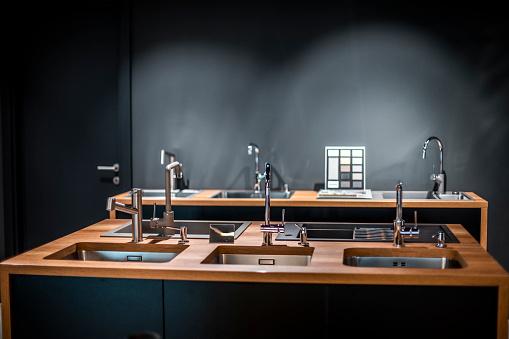 Sale「Multiple dishwashing sink designs displayed in a kitchen supplies store」:スマホ壁紙(0)