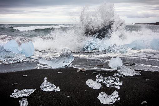 ヴィック「Waves splashing at Diamond Beach, Jokulsarlon glacier lagoon, Iceland」:スマホ壁紙(14)