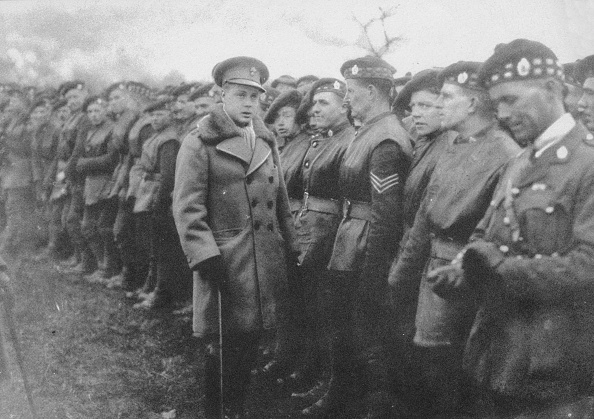 Two People「The Prince of Wales talking to a British soldier at the front, World War I, c1914-c1918 (1936)」:写真・画像(16)[壁紙.com]