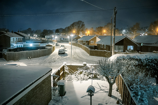 Bungalow「Snow Covered Suburban Scene At Night In The UK」:スマホ壁紙(9)