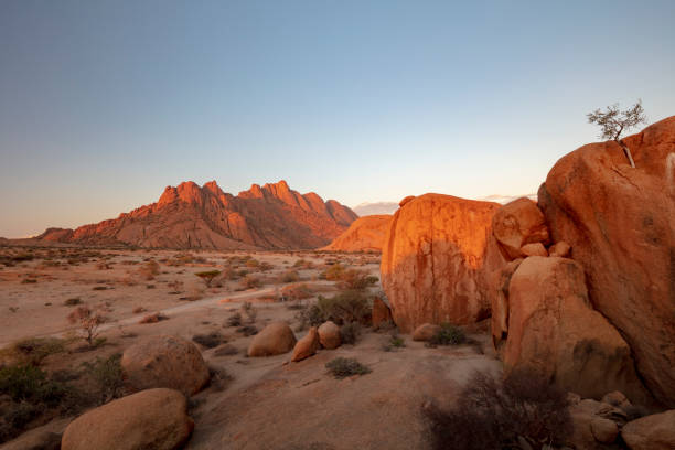 Pontok Mountains in the Spitzkoppe Nature Reserve at sunset, Namibia, 2018:スマホ壁紙(壁紙.com)