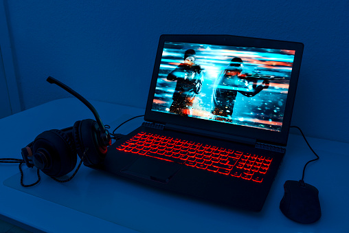 Playing「Gaming laptop with connected mouse and headphones」:スマホ壁紙(10)