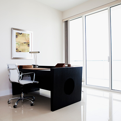 Pompano Beach「Desk and table in modern office」:スマホ壁紙(7)