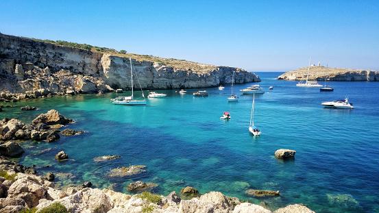 St「Sailboats anchored near coastline at Xemxija, St Pauls Bay, Malta」:スマホ壁紙(14)