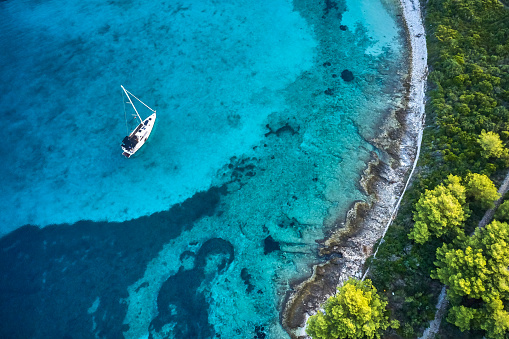 Extreme Sports「Anchored sailboat, view from drone」:スマホ壁紙(4)