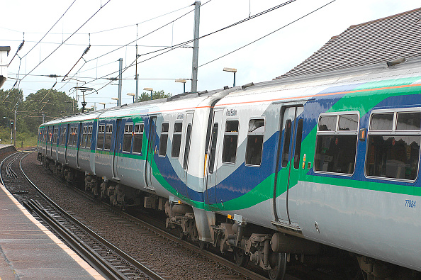 Emu「The majority of outer suburban services from Liverpool Street are operated by One Anglia using Class 321 Networker units. A pair of these units is seen in the previous train operator's livery as they call at Manningtree whilst working a shuttle service b」:写真・画像(12)[壁紙.com]