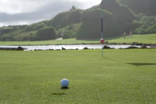 Northern Mariana Islands「Golf ball on golf course, close-up」:スマホ壁紙(0)