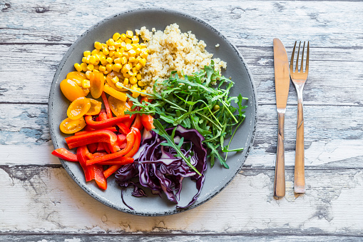 Red Bell Pepper「Plate of rainbow salad with bulgur, rocket and different vegetables」:スマホ壁紙(4)