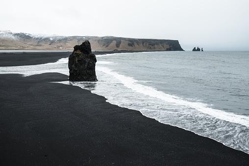 ヴィック「ビク - アイスランドの暗い砂浜」:スマホ壁紙(15)