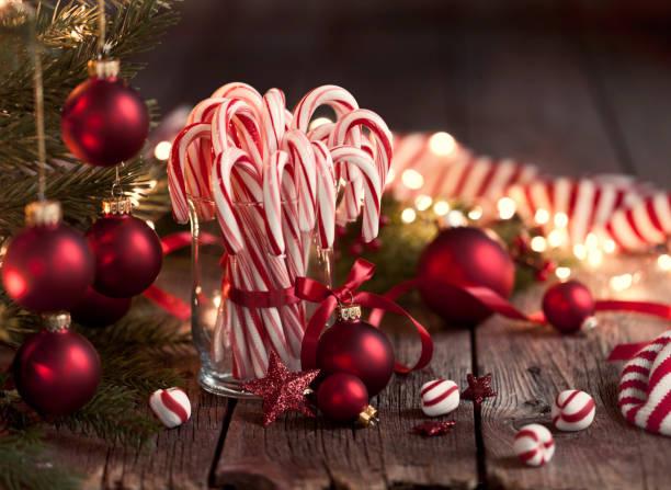 Candy Canes and Bright Christmas Lights:スマホ壁紙(壁紙.com)