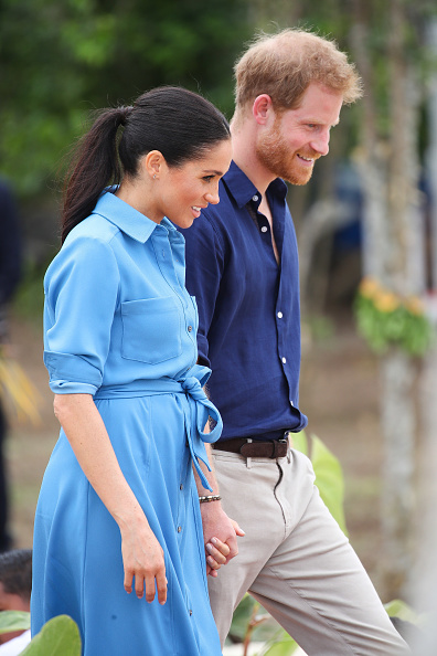 Holding「The Duke And Duchess Of Sussex Visit Tonga - Day 2」:写真・画像(19)[壁紙.com]