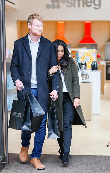 セレブリティ「The Smeg London Store Enjoys A 'Royal' Visit As Prince Harry And Meghan Markle Lookalikes Are Spotted Shopping For Wedding Gifts」:写真・画像(13)[壁紙.com]