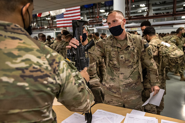 Army Soldier「10th Mountain Troops Return To Fort Drum As Part Of US Drawdown From Afghanistan」:写真・画像(2)[壁紙.com]