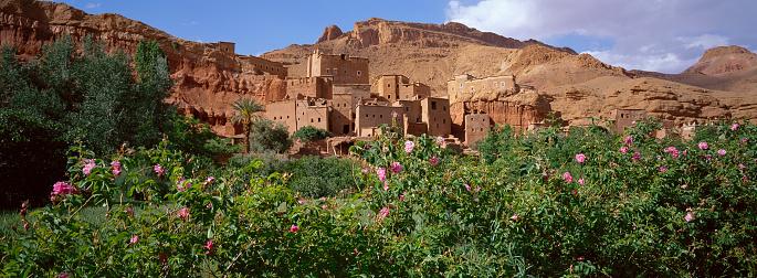 アトラス山脈「Tourbist in Roses valley, Morocco」:スマホ壁紙(14)