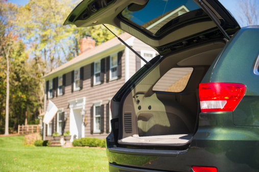 Stationary「USA, New Jersey, Mendham, Open car trunk in front of house」:スマホ壁紙(16)