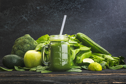 Broccoli「Green vegetables and juice on dark background」:スマホ壁紙(1)