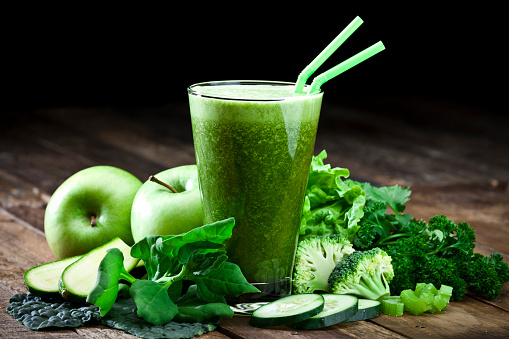 Smoothie「Green vegetable juice on rustic wood table」:スマホ壁紙(13)