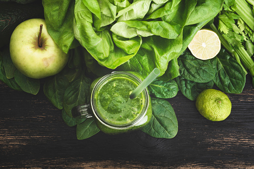 Smoothie「Green vegetable juice on wooden background」:スマホ壁紙(18)