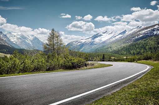 Driving「Curved empty road on mountain pass, San Bernardino, Switzerland」:スマホ壁紙(8)