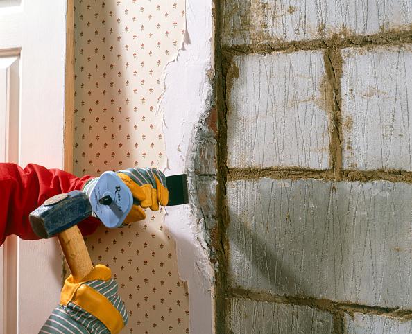 Renovation「Chiseling old plaster」:写真・画像(2)[壁紙.com]