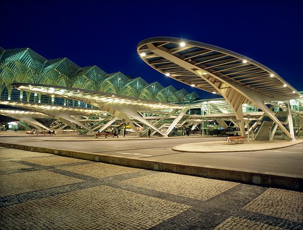 Curve「Bus station at Estacio de Oriente Interchange, Parque da Nacoes, Lisbon, Portugal. Designed by Santiago Calatrava.」:写真・画像(5)[壁紙.com]