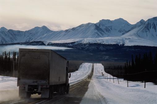 クルエーン山脈「Truck on road through snow-covered mountains, rear view」:スマホ壁紙(10)