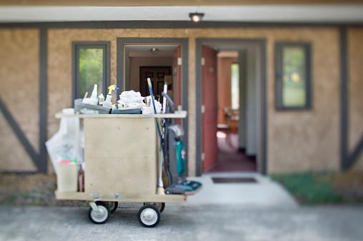 Motel「Housekeeping Cart Outside Motel Rooms」:スマホ壁紙(5)