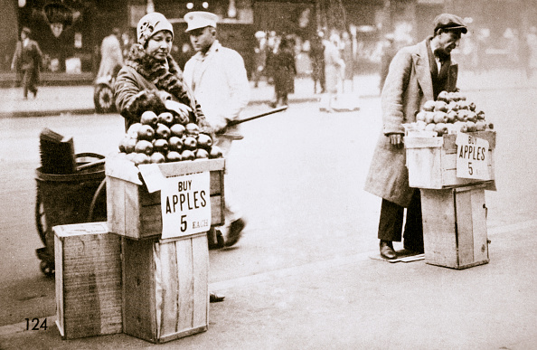 Crisis「Jobless New Yorkers Selling Apples On The Pavement Great Depression New York USA 1930」:写真・画像(17)[壁紙.com]