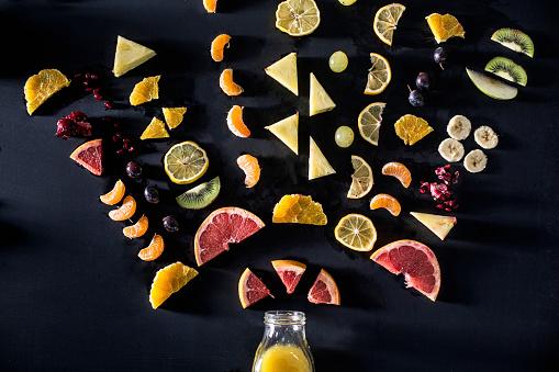 Kiwi「Sliced fruit arranged above juice bottle」:スマホ壁紙(9)