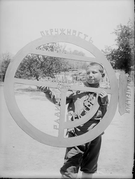 Max Penson「A Boy With A Geometrical Circle」:写真・画像(0)[壁紙.com]