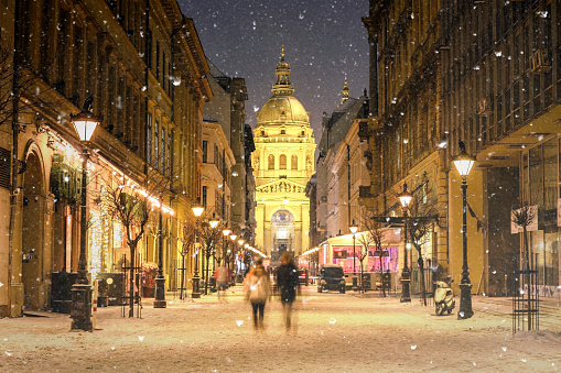 St「Illuminated cityscape of Zrinyi Street in Budapest with St Stephen's Basilica in a snowy winter landscape at dusk」:スマホ壁紙(14)