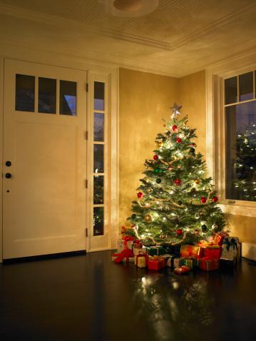 Christmas Decoration「Illuminated Christmas tree in entrance hall」:スマホ壁紙(4)
